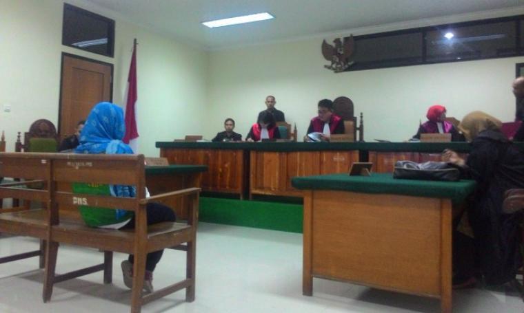 Iis (21) Terdakwa kasus narkoba saat mendengarkan putusan majlis hakim di Pengadilan Negeri (PN) Serang, Selasa (22/8/16). (Foto: TitikNOL)