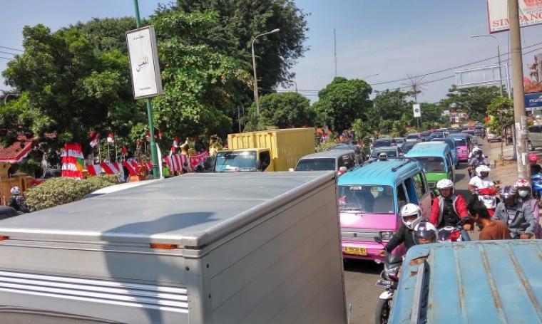 Pawai kirab yang dilaksanakan di jalan protokol Jenderal Sudirman, Kota Serang membuat kondisi jalan alami kemacetan. (Foto: TitikNOL)