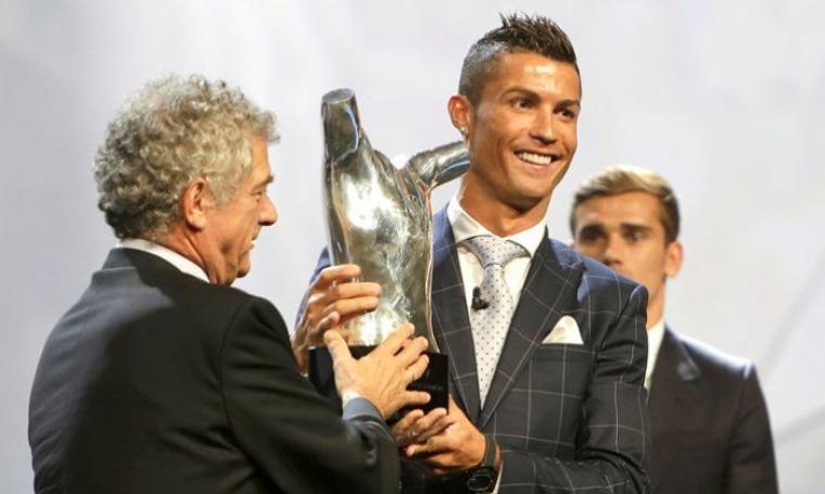 Cristiano Ronaldo saat menerima piala penghargaan sebagai pemain terbaik di Eropa 2016. (Dok: nan)