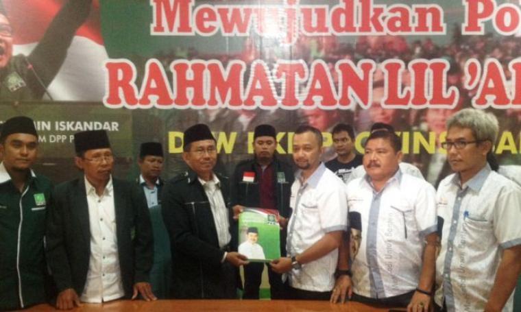 DIwakili tim pemenangnya, Tb Haerul Jaman kembalikan formulir ke DPW PKB Banten sore tadi, Selasa (9/8/2016). (Foto: TitikNOL)