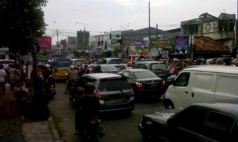 Kondisi kemacetan yang terjadi di jalan protokol Ciceri Kota Serang. (Foto: TitikNOL)