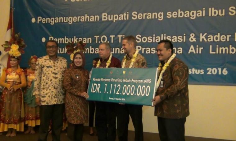 Secara simbolis, Bupati Serang Ratu Tahu Casanah saat menerima bantuan dari Australia melalui progran sAIIG, di Ratu Hotel Bidakara, Kota Serang, Kamis (11/8/2016). (Foto: TitikNOL)