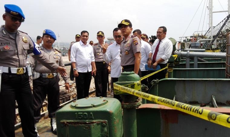 Kapolda Banten Brigjen Pol Ahmad Dofiri saat memantau kapal tanker Elektra bermuatan BBM ilegal di Pelindo II Bojonegara. (Foto: TitikNOL)