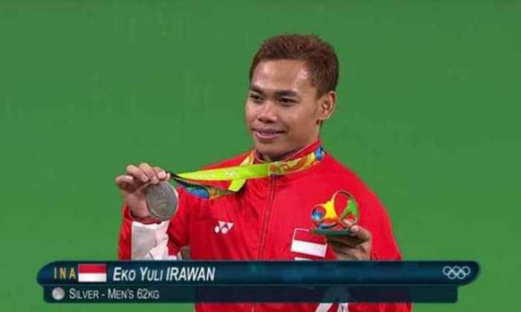 Eko Yuli Irawan persembahkan medali perak untuk Indonesia melalui cabang angkat besi. (Dok: hargatop)