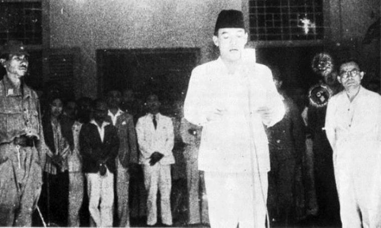 Didampingi Drs. Mohammad Hatta, Ir. Soekarno saat membacakan teks proklamasi. (Dok: warofweekly)