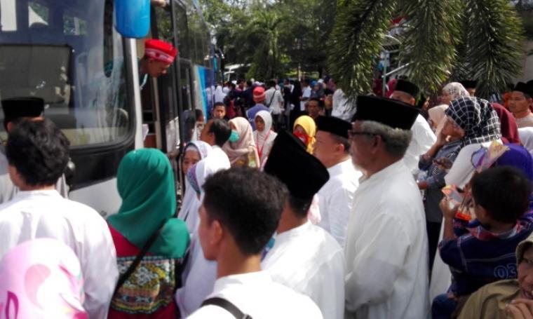 Sejumlah keluarga saat mengantarkan calon jemaah menuju antrian bus. (Foto: TitikNOL)
