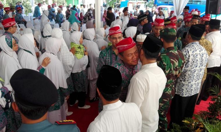 Wali Kota Cilegon Iman Ariyadi saat melepas ratusan jemaah haji di halaman kantor DPRD Kota Cilegon, Jumat (26/8/2016). (Foto: TitikNOL)
