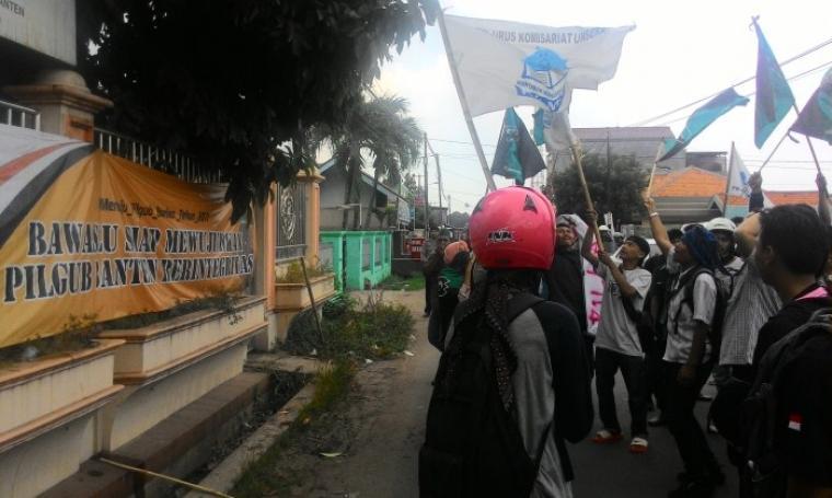 Aksi Mahasiswa dari HAMAS dan HMI Cabang Serang saat menggelar aksi unjuk rasa di depan Kantor Bawaslu Provinsi Banten, Kamis (4/8/2016). (Foto: TitikNOL)