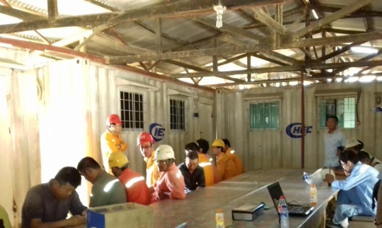 Belasan TKA yang diduga ilegal saat di kumpulkan oleh pihak petugas Imigrasi kelas 1 Serang di kantor PT. China Harbour Indonesia. (Foto: TitikNOL)
