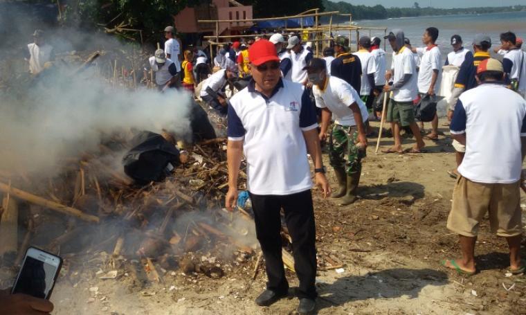 Kadisbudpar Banten Opar Sochari, saat melakukan aksi bersih pantai dengan para relawan, Kamis (4/8/2016). (Foto: TitikNOL)