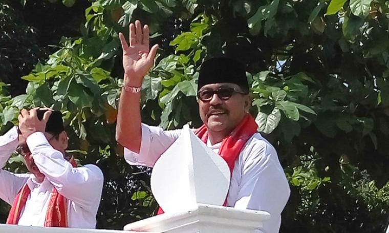 Gubernur Banten Rano Karno saat mengarak piala MTQ Nasional atas kemenangan kafilah Banten meraih juara umum MTQ Nasional di Mataram Nusa Tenggara Barat. (Foto: TitikNOL)