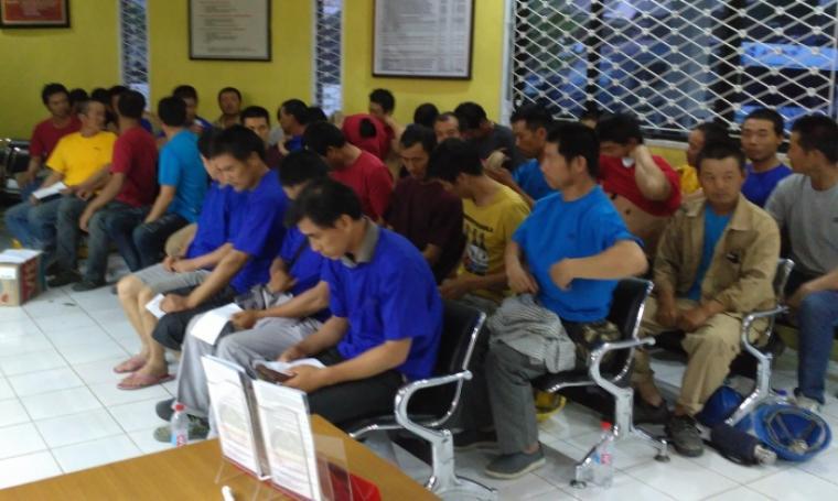 TKA asal Tiongkok yang diduga Ilegal saat berada di Kantor Imigrasi Kota Cilegon. (Foto: TitikNOL)