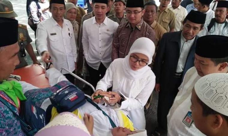 Calon Wakil Gubernur Banten Andika Hazrumy saat mendampingi Bupati Lebak, Iti Octavia Jayabaya menemui kondisi calhaj yang kelelahan di sekitar areal pendopo Kantor Bupati Lebak. (Foto: TitikNOL)