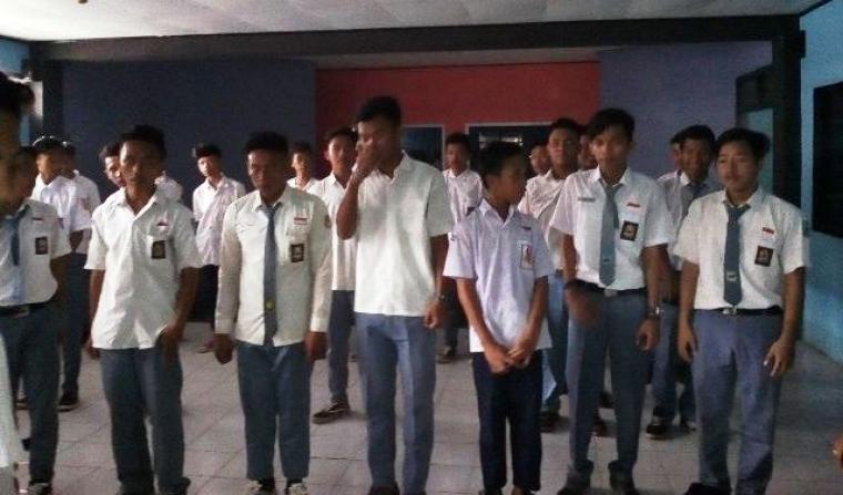 Puluhan pelajar yang terjaring razia oleh petugas gabungan. (Foto:TitikNOL)