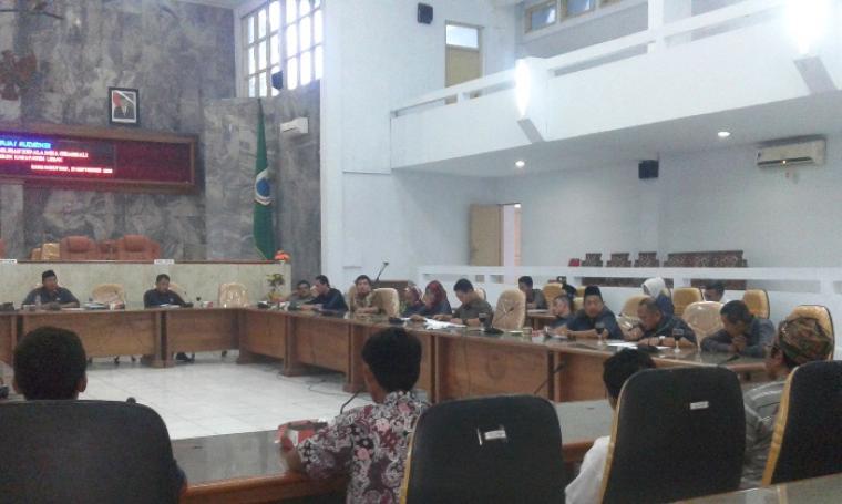 Suasana Rapat Dengar Pendapat (RDP) di ruang rapat DPRD Lebak. (Foto: TitikNOL)