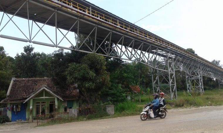 Keadaan rumah warga yang berjarak sekitar beberapa meter dari jalur belt conveyor milik PT. Cemindo Gemilang. (Foto: TitikNOL)
