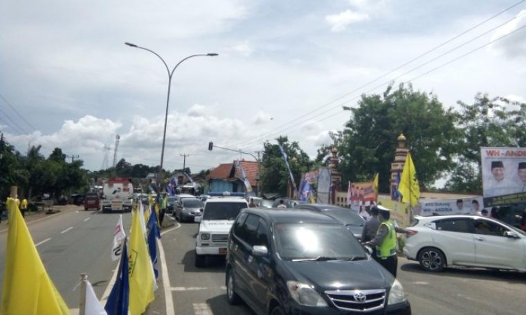 Kondisi ruas jalan raya Serang - Pandeglang alami kemacetan mulai dari Karundang sampai Kantor Kejaksaan Tinggi Banten. (Foto: TitikNOL)