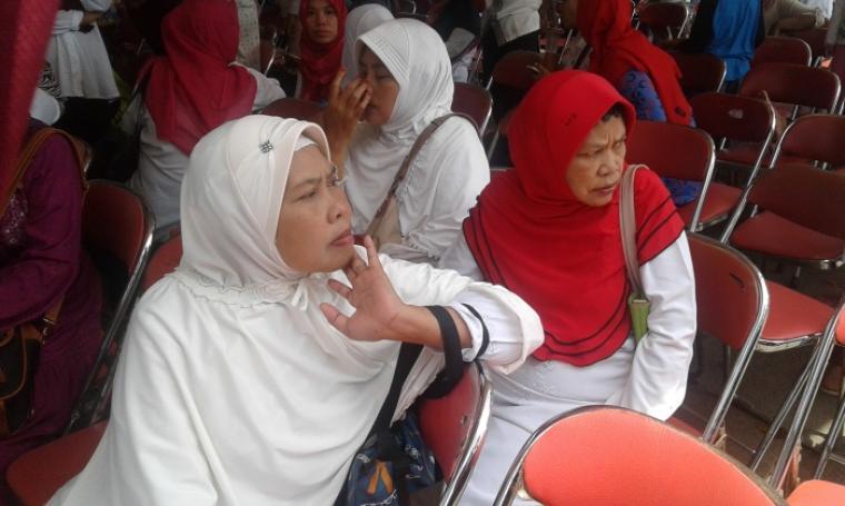 Para relawan ibu-ibu jompo mengaku fans dan puas dengan kinerja selama kepemimpinan Rano Karno saat dimintai keterangan oleh wartawan. (Foto: TitikNOL)