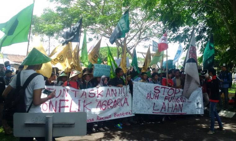 Puluhan mahasiswa yang tergabung dalam Persatuan Rakyat Banten (PRB) tengah berunjukrasa di depan Gedung DPRD Banten, Senin (26/9/2016). (Foto: TitikNOL)