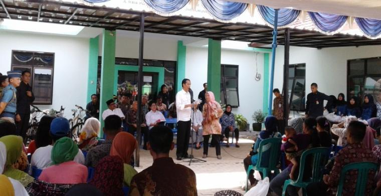 Presiden Jokowi saat memberikan bantuan secara simbolis kepada orang tua yang balitanya menderita gii buruk. (Foto:TitikOL)