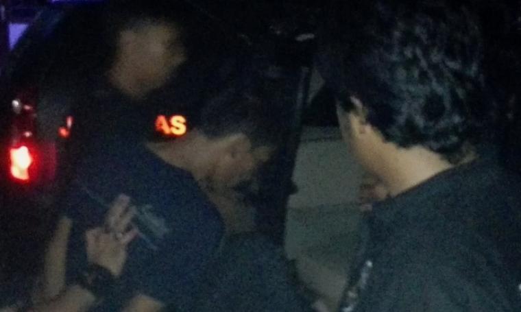 Kedua Pelaku Perampokan Pondok Indah saat digelandang petugas Jatanras Ditreskrimum Polda Metro Jaya. (Foto: TitikNOL)