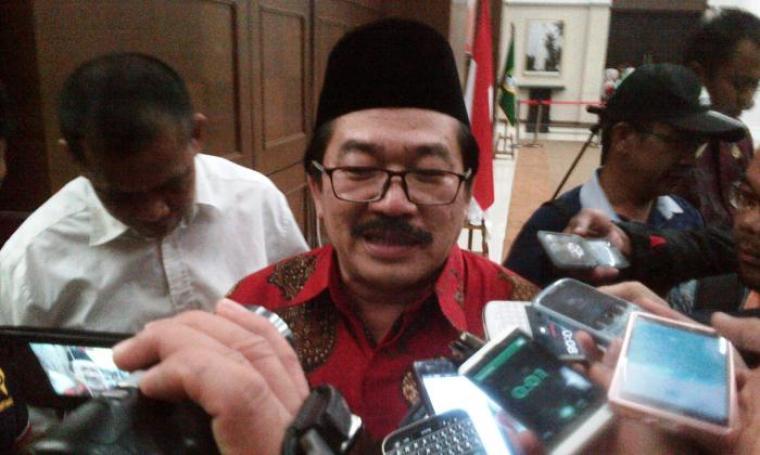 Kepala Disnakertrans Provinsi Banten Al Hamidi saat memberikan keterangan kepada awak media. (Foto: TitikNOL)