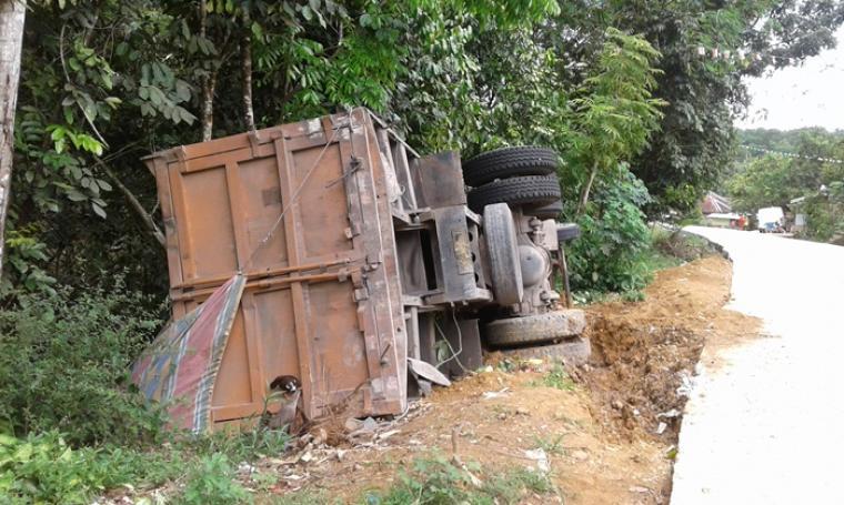 Sebuah Dump Truck bermuatan terguling di ruas jalan Gunung Kencana - Malingping tepatnya di Kampung Pagenggang, Desa Cipalabuh, Kecamatan Cijaku. (Foto: TitikNOL)