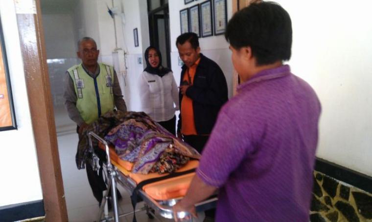 Jenazah korban tenggelam saat dibawa ke Puskesmas Ciruas, Rabu (7/9/2016). (Foto: TitikNOL)
