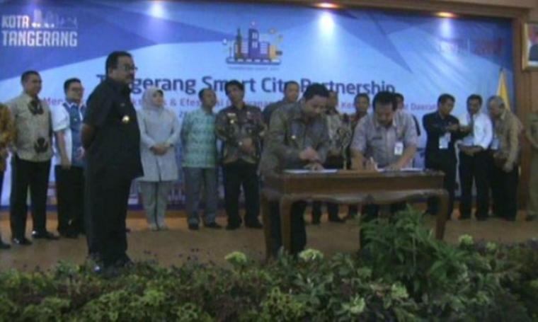 Penandatanganan MoU Tangerang Smart City Partnership bersama 17 Pemerintah Kabupaten dan Kota se-Indonesia, di Balaikota Tangerang, Selasa (20/9/2016). (Dok: tangeranghits)