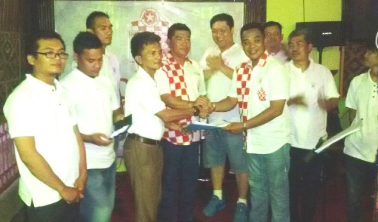 Ketua Solmet Kota Serang, Kamaludin (tengah kiri), saat menerima Surat Keputusan (SK) pengurus dari Ketua Persaudaraaan Nasional Solmet, Sylvester Matunina. (Foto:TitikNOL)