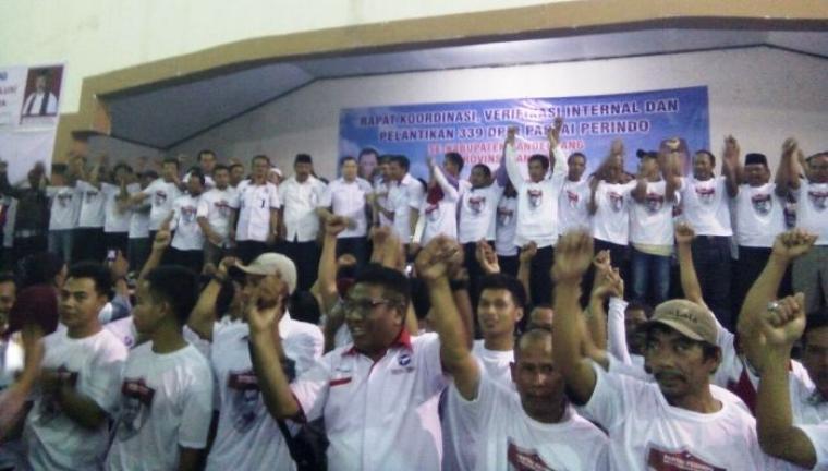 Ratusan kader Perindo Kabupaten Pandeglang, saat deklarasi dukungan kepada pasangan Rano-Embay di Pilgub Banten 2017. (Foto:TitikNOL)