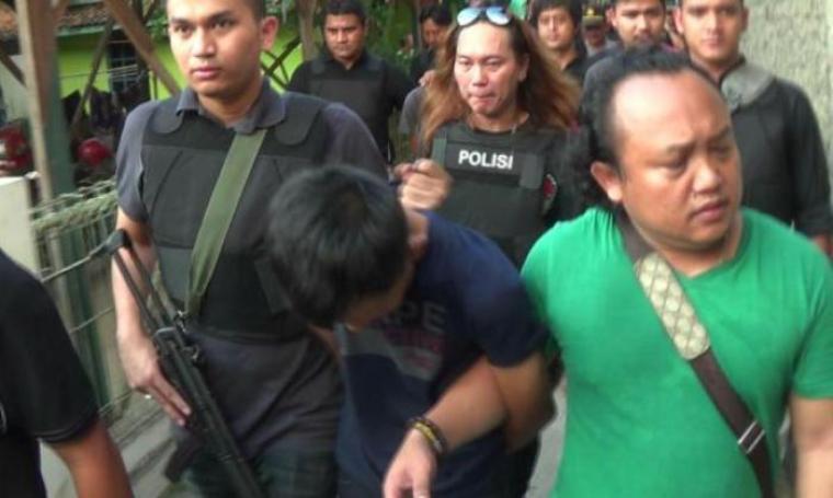 Pelaku perampokan Pondok Indah Jakarta Selatan saat digelandang tim Jatanras Ditreskrimum Polda Metro Jaya di Kota Cilegon. (Foto: TitikNOL)