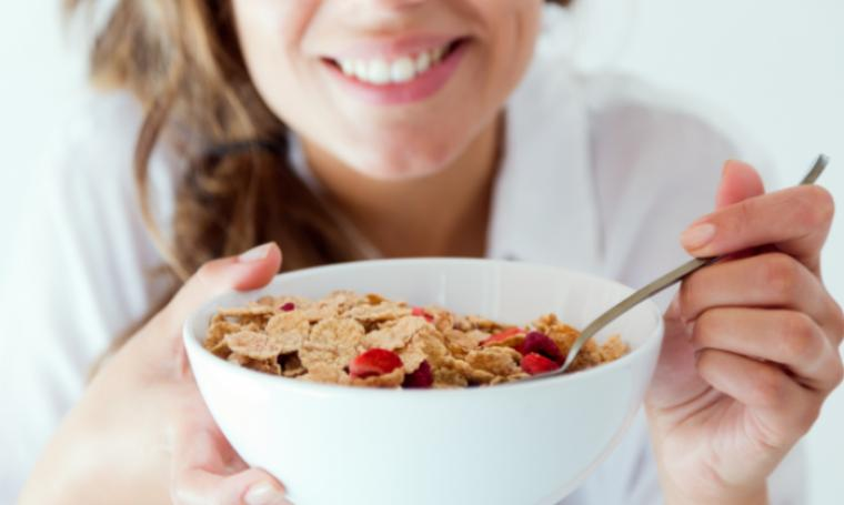 Ilustrasi wanita saat sarapan. (Dok: solusisehatku)