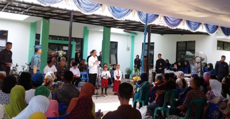 Presiden Jokowi saat berbincang dengan dua siswa SD, saat mengunjungi Puskesmas Warunggunung di Kabupaten Lebak. (Foto:TitikNOL)
