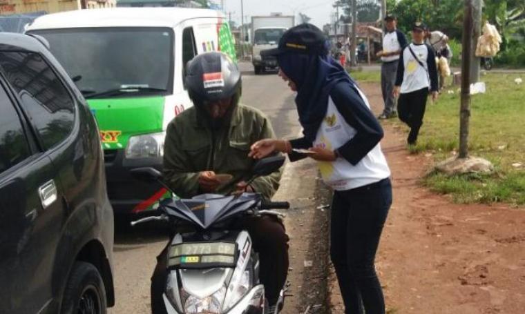 Sejumlah Komisioner dan pegawai Komisi Informasi Banten saat membagikan stiker di Perempatan Palima, Kota Serang, Rabu (28/9/2016). (Foto: TitikNOL)