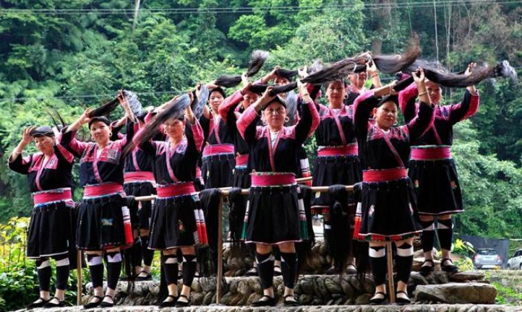 Para wanita berambut panjang warga Desa Huanglo, Guangxi, China. (Dok: people)