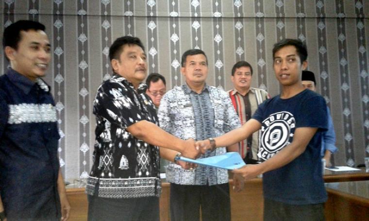 Warga Desa Mekarjaya saat menyerahkan surat pernyataan penolakan untuk pembangunan ruas jalan Cimampang - Cigudeg ke perwakilan Komisi IV DPRD Lebak. (Foto: TitikNOL)