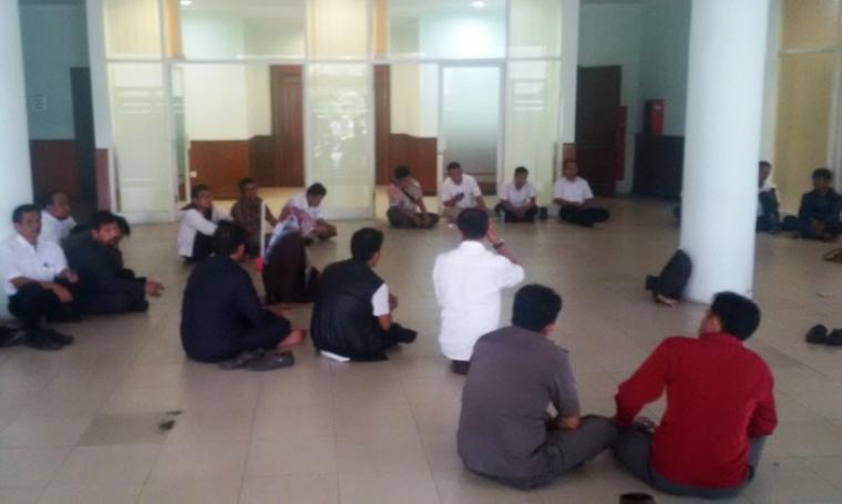 Suasana pertemuan Forum Honorer K1 Pemprov Banten, di pelataran ruang Paripurna DPRD Banten, KP3B, Kota Serang, Rabu (21/9/2016). (Foto: TitikNOL)