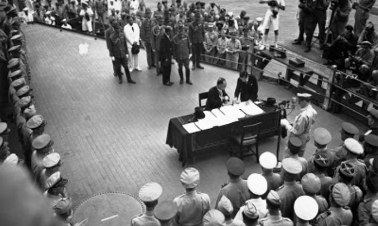 Jepang saat menandatangani perjanjian perdamaian di atas kapal Missouri milik Amerika Serikat yang menyatakan Perang Dunia II di kawasan Asia Pasifik berakhir. (Dok: nurulf31.blogspot)