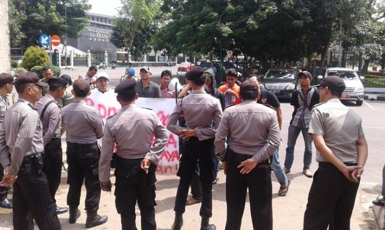 Dikawal ketat pihak kepolisian, warga Desa Mekarjaya, Kecamatan Panggarangan tengah melakukan aksi unjukrasa di halaman gedung DPRD Kabupaten Lebak, Kamis (8/9/2016). (Foto: TitikNOL)