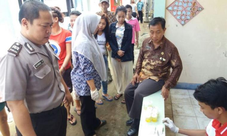 BNN Kota Cilegon saat melakukan tes urine ke sejumlah penghuni kostan. (Foto: TitikNOL)