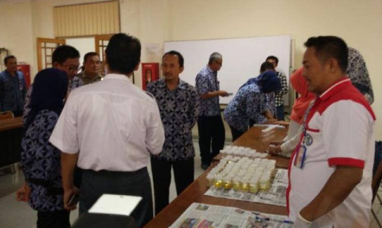 Puluhan ASN esselon II dan III Kabupaten Lebak saat menjalani tes urine. (Foto: TitikNOL)