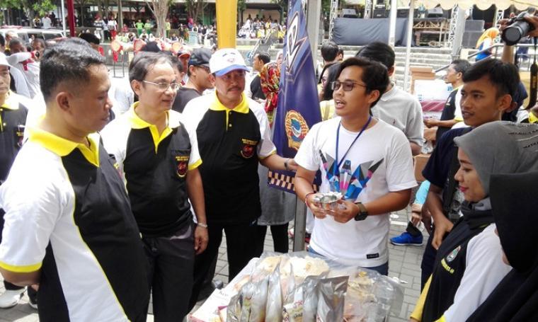 Wali Kota Cilegon Iman Ariyadi didampingi Kepala Disperindagkop Kota Cilegon Dikrie Maulawardana saat mengunjungi salah satu stand pameran UMKM. (Foto: TitikNOL)