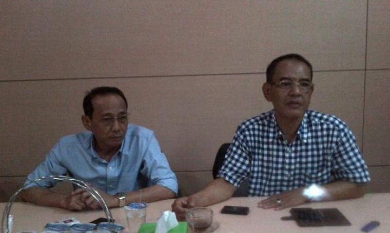 Sekretaris NasDem Banten, Aries Halawani (kanan) dan Ketua DPD NasDem Kabupaten Serang Argandi, saat memberikan keterangan di ruang kerja fraksi, DPRD Banten, KP3B, Kota Serang. (Foto: TitikNOL)