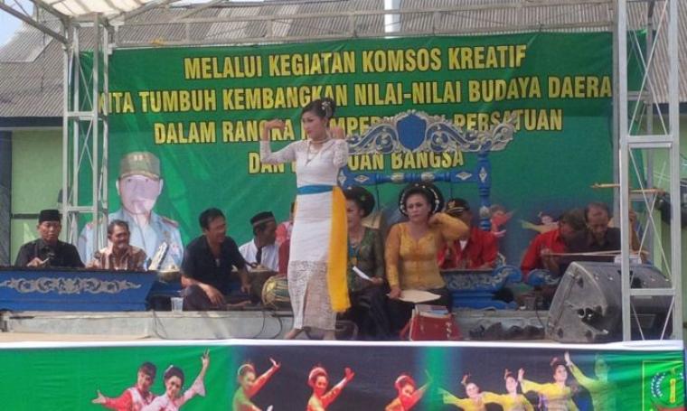 Pertunjukan seni Tari tradisional Jaipong di Makodim Lebak, Selasa (6/9/2016). (Foto: TitikNOL)