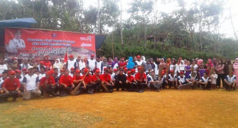 Sejumlah warga Kasepuhan Cibarani berfoto bersama sebelum melakukan aksi bersih-bersih lingkungan. (Foto:TitikNOL)