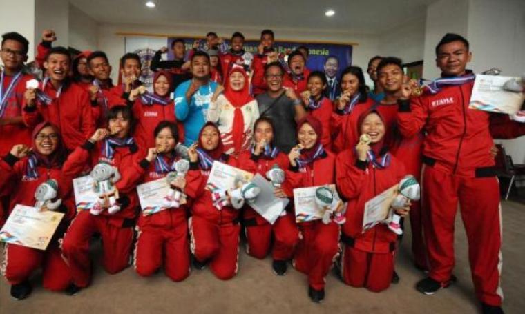 Tim Drumband putra dan putri Provinsi Banten saat mengekspresikan kegembiraan usai memastikan meraih emas pada PON XIX Jabar di Stadion Pakansari, Bogor, Rabu (14/9). (Dok: liputan6)