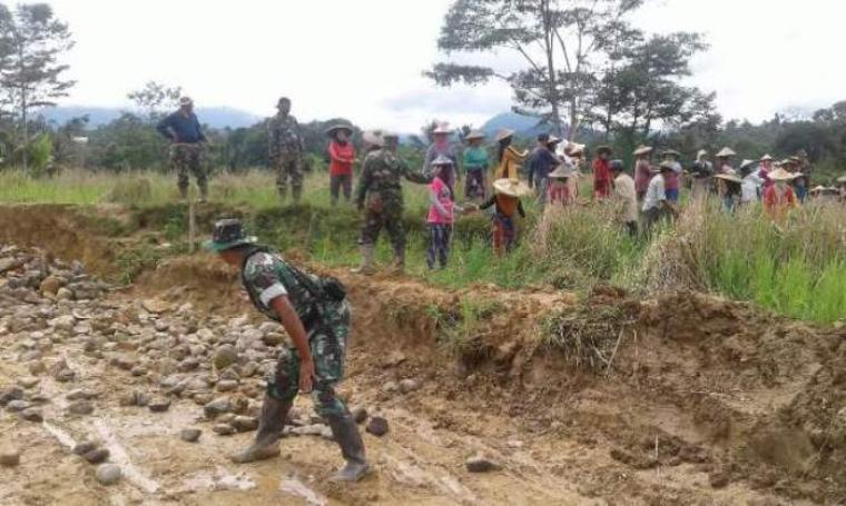Sejumlah TNI bersama warga saat membuka akses jalan menuju kampung Cibedug, Desa Citorek Barat, Kecamatan Cibeber, Kabupaten Lebak. (Foto: TitikNOL)