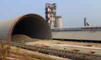 Asda I Setda Lebak saat dicegat sejumlah pengurus Ormas dan LSM untuk tidak langsung meninggalkan acara pembinaan. (Foto: TitikNOL)