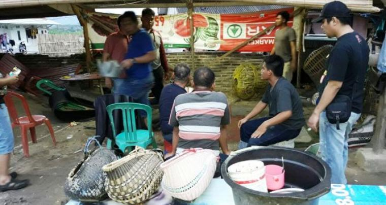 Suasana penggerebakan arena judi sabung ayam di lingkungan Kranggot, Kelurahan Jombang Wetan, Kecamatan Jombang, Kota Cilegon. (Ist)
